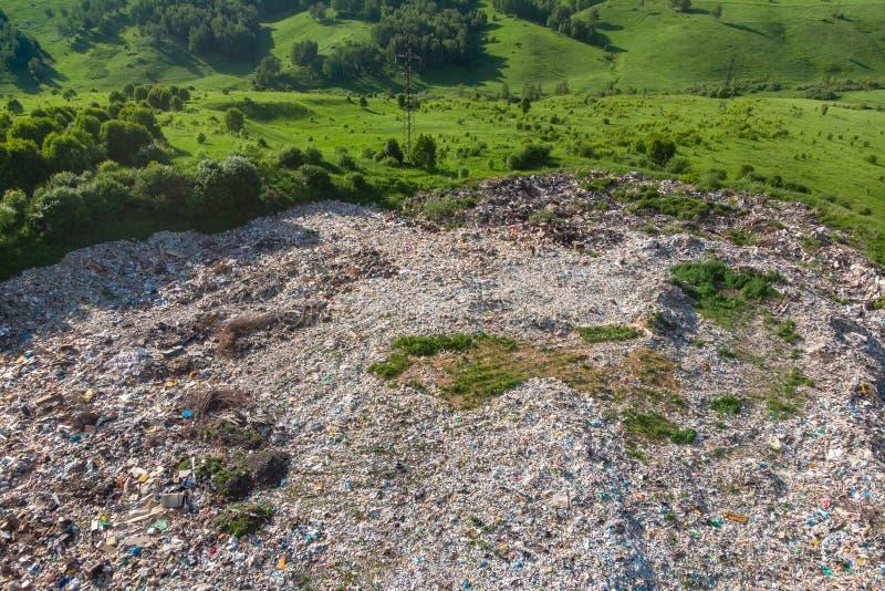 Jałowy śmieciarskiego usypu gospodarstwa domowego stosu grat, powietrzny odgórnego widoku tło Pojęcie środowiskowa walka z klinge obraz stock