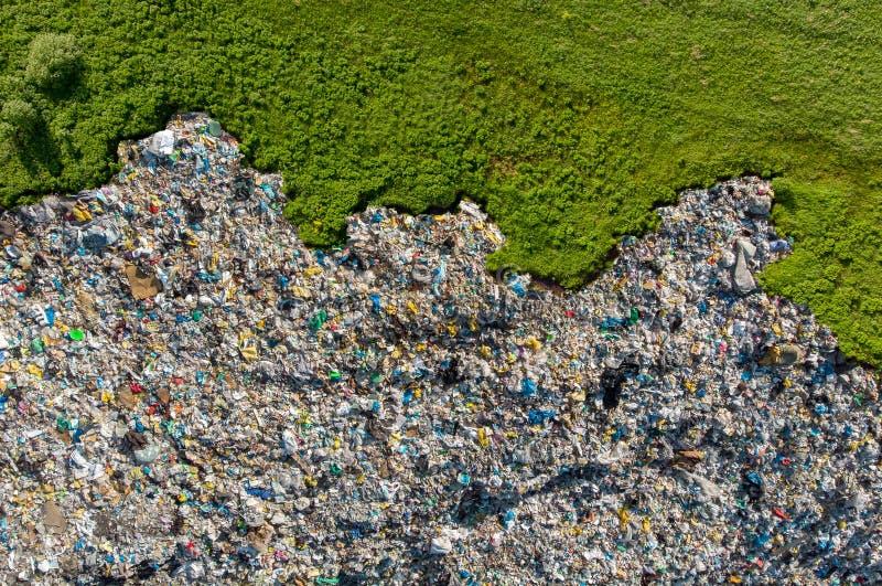 Jałowy śmieciarskiego usypu gospodarstwa domowego stosu grat, powietrzny odgórnego widoku tło Pojęcie środowiskowa walka z klinge fotografia stock