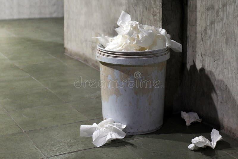 Jałowy papier toaletowy, Śmieciarski kosz, grata papieru toaletowego brudny kubeł na śmieci kosz stary w toalecie pełny zdjęcia royalty free