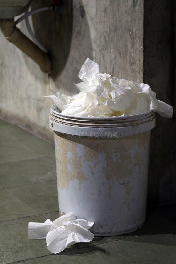 Jałowy papier toaletowy, Śmieciarski kosz, grata papieru toaletowego brudny kubeł na śmieci kosz stary w toalecie pełny obrazy royalty free