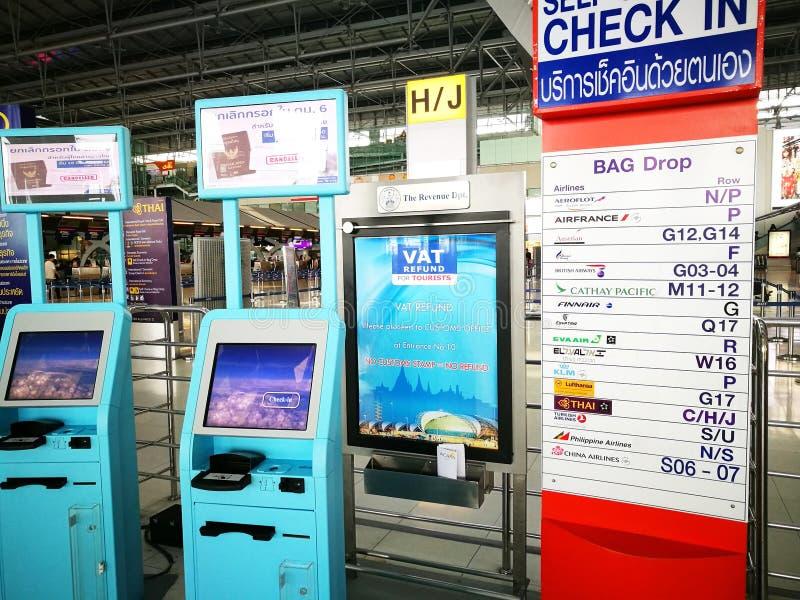 Jaźń - odprawy maszyna przy suwannaphum lotniskiem fotografia stock
