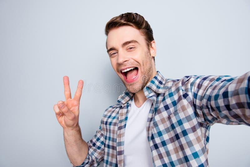 Jaźń portret brodaty, chłodno, szalenie, brunet facet w przypadkowym stroju zdjęcia stock