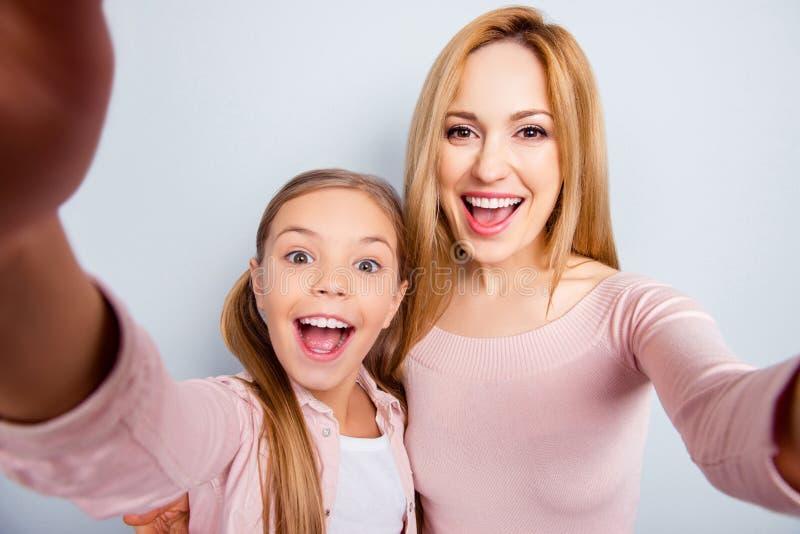 Jaźń portret matka i córka z otwartym mo szaleni, szalenie, zdjęcia stock