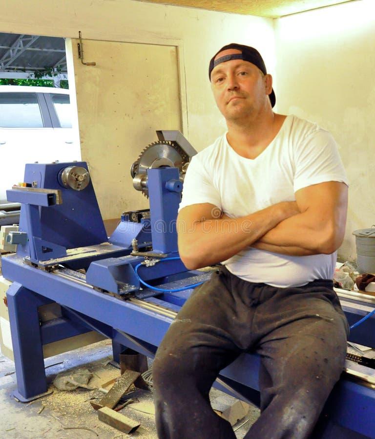 Jaźń przedsiębiorca przy pracą w garażu warsztacie obraz royalty free