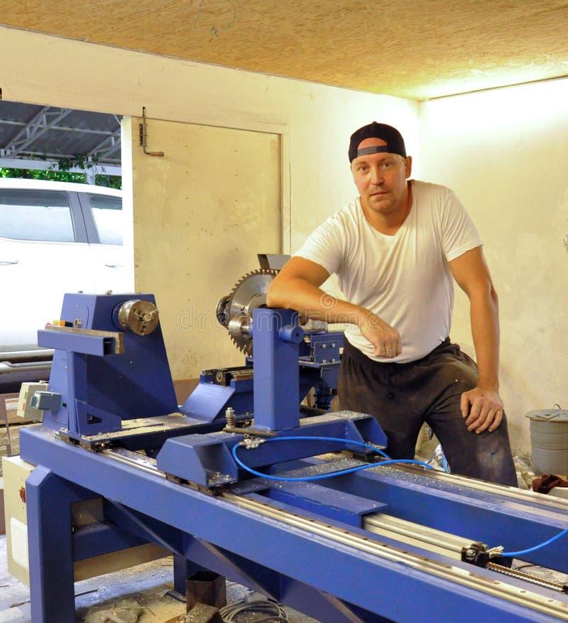 Jaźń przedsiębiorca przy pracą w garażu warsztacie zdjęcie royalty free