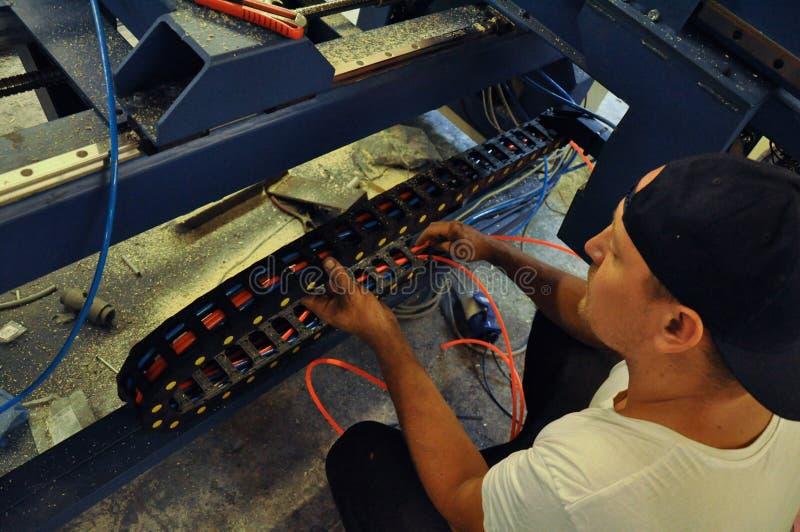 Jaźń przedsiębiorca przy pracą w garażu warsztacie obraz stock