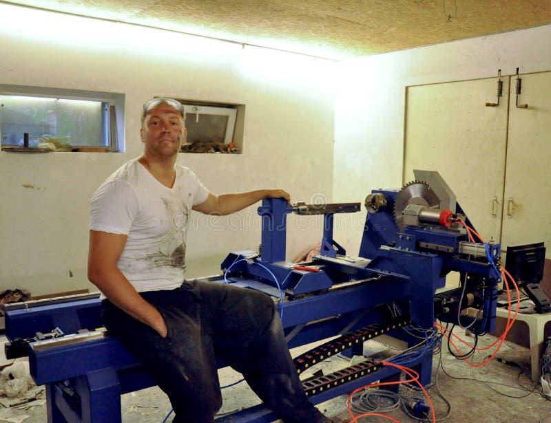 Jaźń przedsiębiorca przy pracą w garażu warsztacie zdjęcia stock
