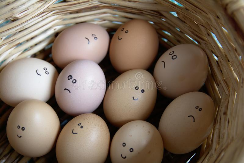 Jaźń Zrobił ręce Rysującej - grupa emocjonalni jajka Są w koszu obrazy royalty free
