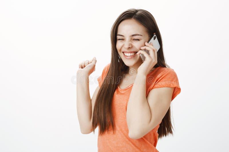 Ja frågade han henne för datum Stående av att hurra den lyckliga unga kvinnan med positiv inställning, att le och att triumfera m arkivfoto
