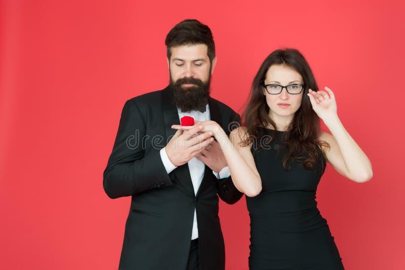 Ja g?r jag red steg par ?lskar sexigt smokingman och elegant kvinna på kopplingspartiet förälskelsedatumromans arkivbilder