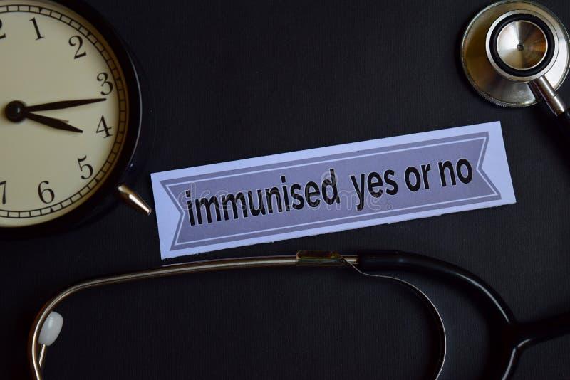 Ja geïmmuniseerd of nr op het drukdocument met de Inspiratie van het Gezondheidszorgconcept wekker, Zwarte stethoscoop stock afbeelding
