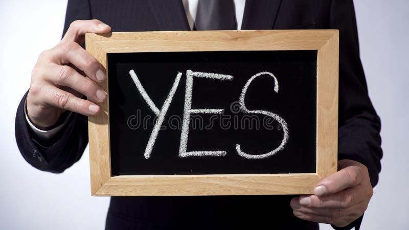Ja geschreven op bord, het teken van de zakenmanholding in handen, bedrijfsconcept stock foto