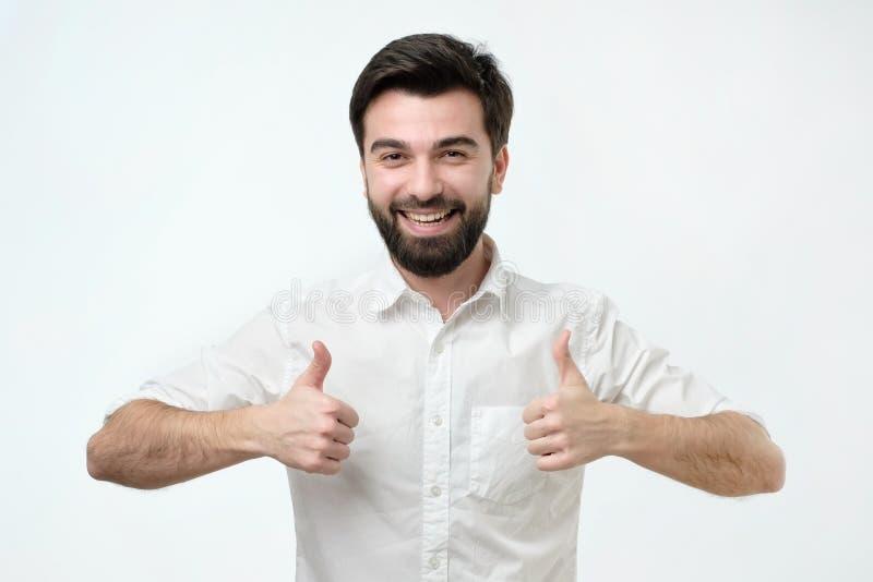 Ja houd ik van het concept Het tevreden en tevreden mannetje in het witte overhemd opheffen beduimelt omhoog stock fotografie