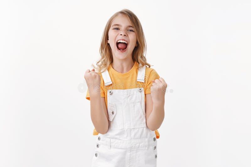 Ja, ich habe es gemacht Happy triumphierendes kleines Mädchen mit blonden Haaren, Erfolg, erhalten beste Punktzahl, feiern Sieg stockfoto