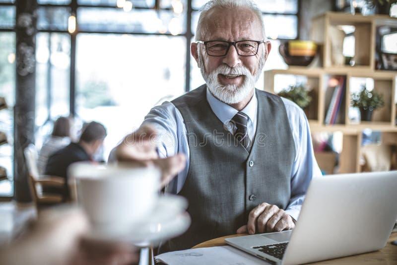 Ja jest czasem dla kawowej przerwy Starszy biznesmen przy kawiarnią zdjęcia royalty free