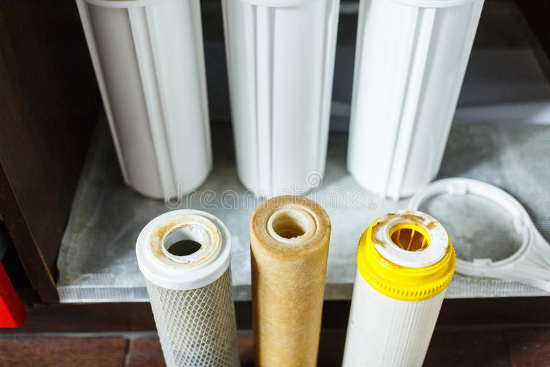 Ja jest czasem zmienia? wodnych filtry w domu Zamienia filtry w wodnym purifying systemu Zamyka w g?r? widoku trzy u?ywa? filtra obraz stock