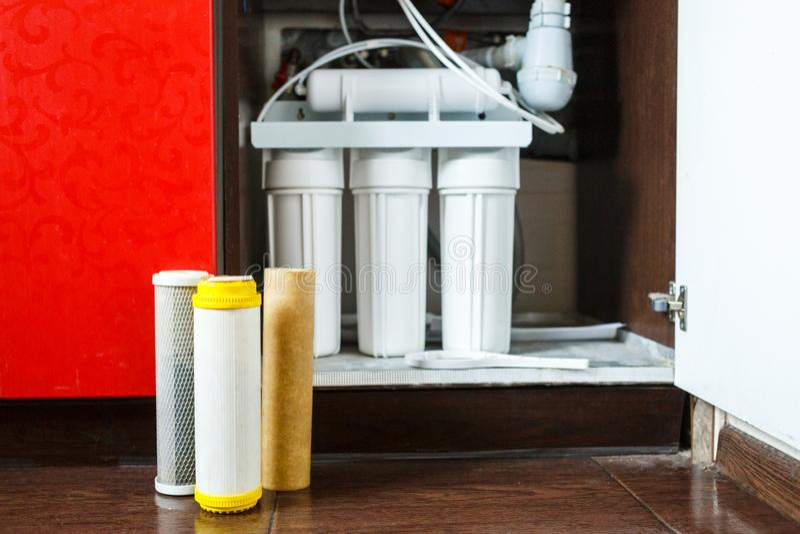 Ja jest czasem zmienia? wodnych filtry w domu Zamienia filtry w wodnym purifying systemu Zamyka w g?r? widoku trzy u?ywa? filtra obrazy stock