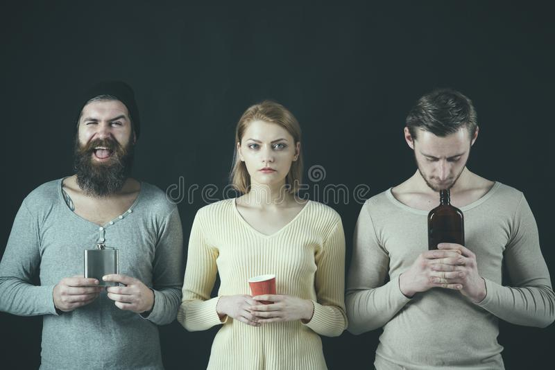 Ja jest godziną być chmielny Ładna kobieta i mężczyźni cieszymy się pijący przyjęcia Przyjaciela przyjęcie Przyjaciele pije alkoh zdjęcia stock
