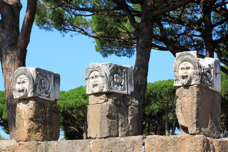 Dekoracyjne marmurowe maski, Ostia Antica, Włochy obrazy stock