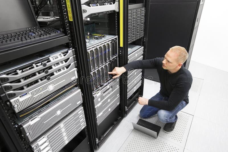Ja konsultant monitoruje serwerów w datacenter fotografia royalty free