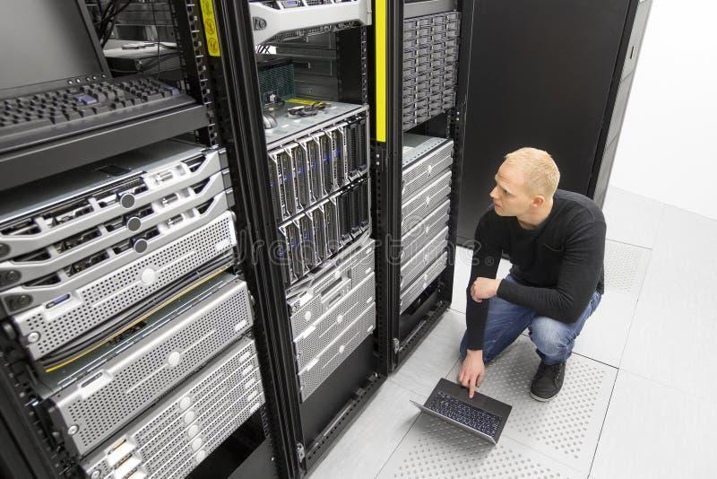 Ja konsultant pracuje z ostrze serwerami w datacenter zdjęcie stock