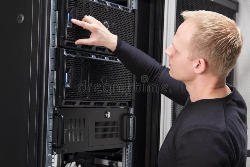 Ja konsultant pracuje z serwerami w datacenter obraz royalty free