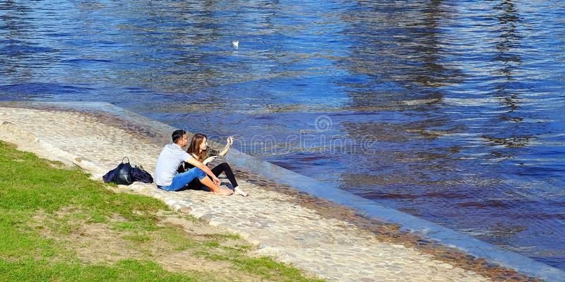 ja?? Miłość, technologia, związki, rodzina i ludzie pojęć, - szczęśliwi uśmiechów potomstwa dobierają się, rzeką Petersburg fotografia royalty free