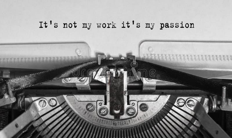 Ja ` s nie mój praca ja ` s mój pasja pisać na maszynie słowa na starym rocznika maszyna do pisania obrazy stock