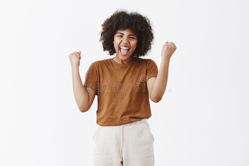 Ja taten wir IT Team Porträt der zujubelnden sorglosen und glücklichen triumphierenden Afroamerikanerjugendlichen mit Afrofrisur lizenzfreie stockfotografie