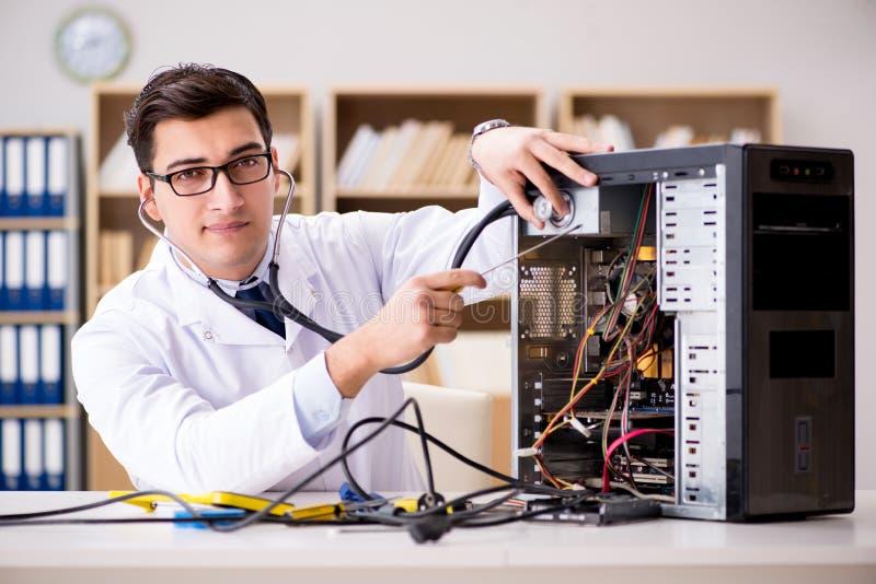 Ja technika komputeru osobistego naprawianie łamający komputer stacjonarny zdjęcie stock