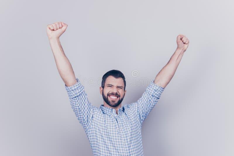 Ja! Wauw! De gelukkige jonge student ging alle examens over, is hij celebratin stock foto