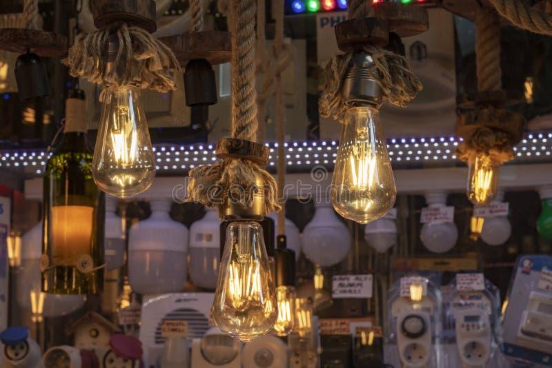 Ja wziąć przed sklepem Lampy wiesza na arkanie, brąz arkanie i żółtym świetle, obraz royalty free