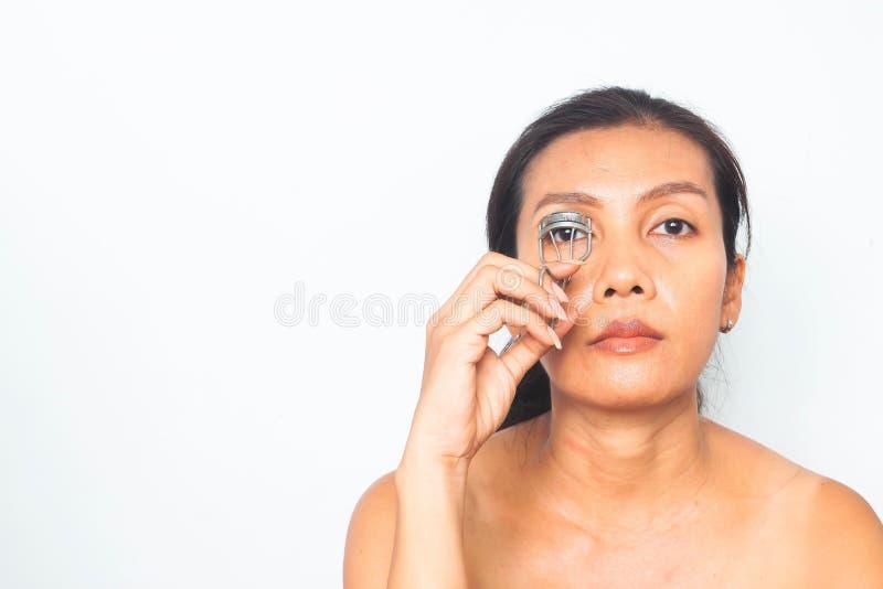 40-49 jaar Aziatische vrouw met make-uproutine Schoonheid en gezondheid royalty-vrije stock fotografie