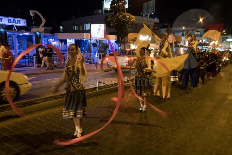 Jaarlijks festival van Middeleeuwse culturen van Europa De optocht van de kolom in de historische kostuums van Carnaval van de st stock fotografie