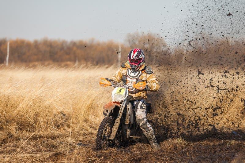JABÁROVSK, RUSIA - 23 DE OCTUBRE DE 2016: Jinete de la bici de Enduro en un fi imagen de archivo