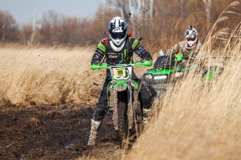 JABÁROVSK, RUSIA - 23 DE OCTUBRE DE 2016: Jinete de la bici de Enduro y ATV imágenes de archivo libres de regalías