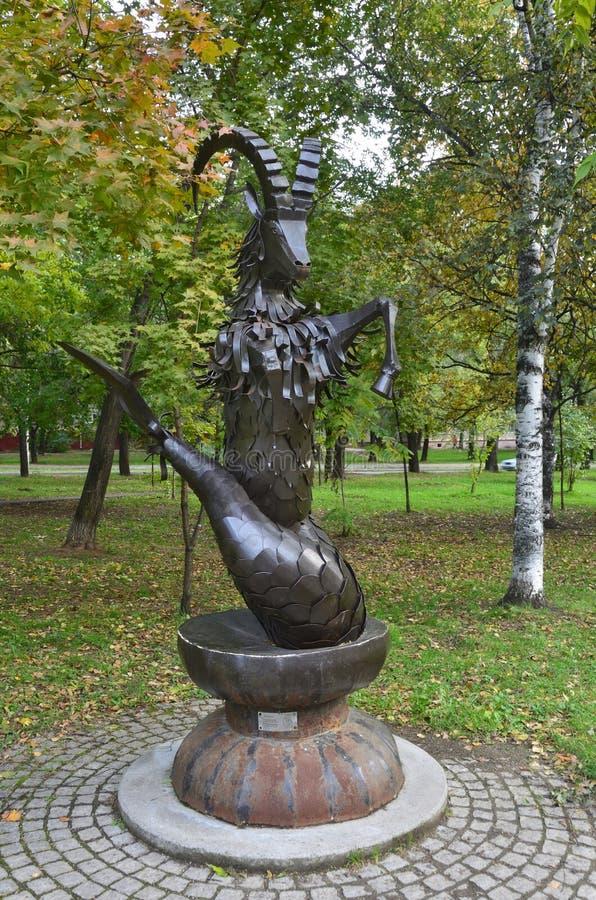 Jabárovsk, Rusia, octubre, 5, 2017 Esculpa al Capricornio de la muestra del zodiaco en la ciudad de Jabárovsk en el bulevar de Am foto de archivo libre de regalías
