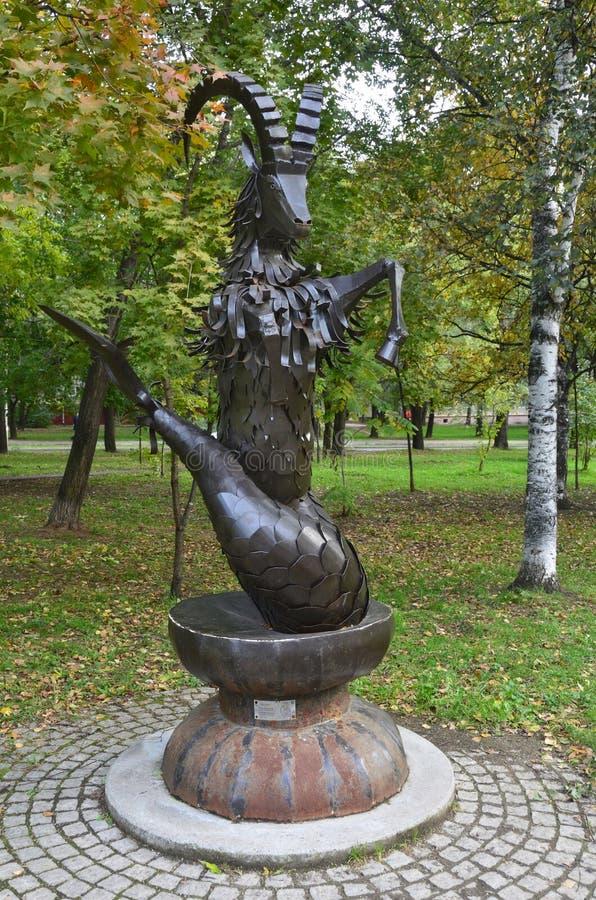 Jabárovsk, Rusia, octubre, 5, 2017 Esculpa al Capricornio de la muestra del zodiaco en la ciudad de Jabárovsk en el bulevar de Am fotos de archivo libres de regalías