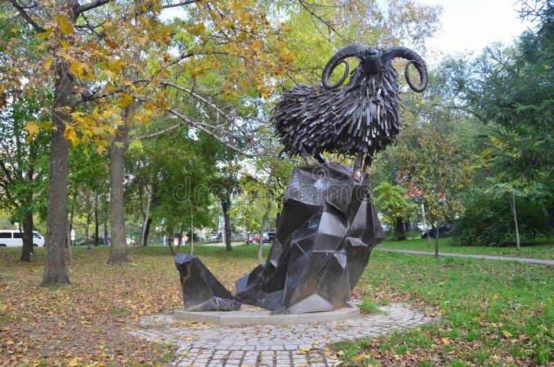 Jabárovsk, Rusia, octubre, 5, 2017 Esculpa al sagitario de la muestra del zodiaco en la ciudad de Jabárovsk en el bulevar de Amur fotografía de archivo