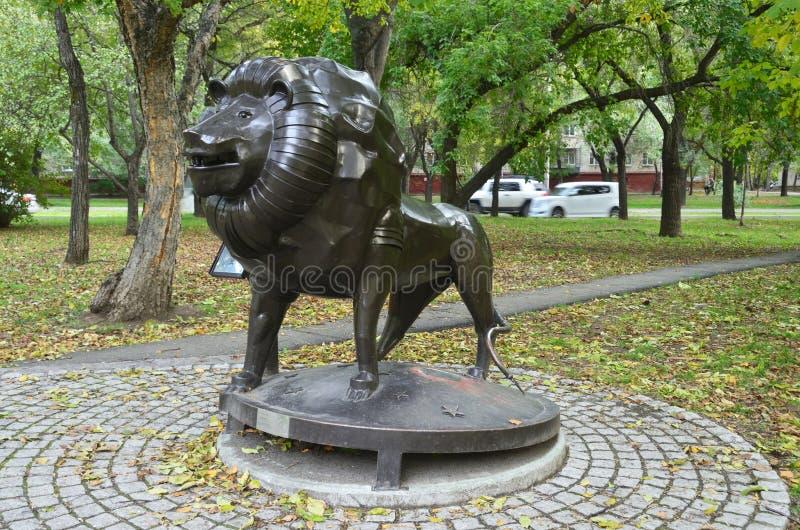 Jabárovsk, Rusia, octubre, 5, 2017 Escultura de la muestra Leo del zodiaco en la ciudad de Jabárovsk en el bulevar de Amur imagen de archivo libre de regalías