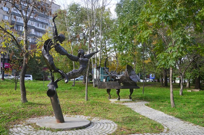 Jabárovsk, Rusia, octubre, 5, 2017 Escultura de los géminis y del escorpión de las muestras del zodiaco en Jabárovsk en el buleva foto de archivo
