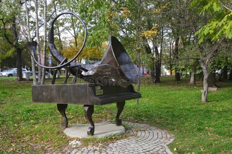 Jabárovsk, Rusia, octubre, 5, 2017 Escultura del escorpión de la muestra del zodiaco en Jabárovsk en el bulevar de Amur en la caí foto de archivo
