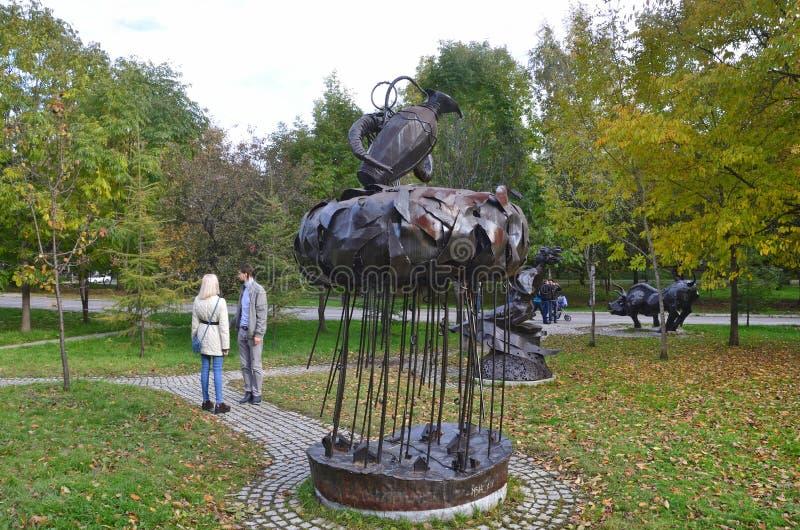 Jabárovsk, Rusia, octubre, 5, 2017 Gente que camina cerca de la escultura del acuario de la muestra del zodiaco en la ciudad de J fotografía de archivo libre de regalías