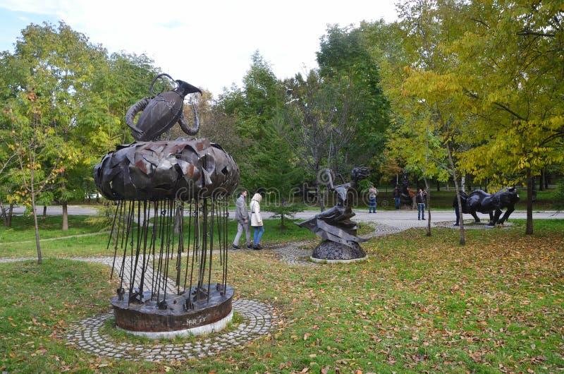 Jabárovsk, Rusia, octubre, 5, 2017 Gente que camina cerca de la escultura del acuario de la muestra del zodiaco en la ciudad de J imágenes de archivo libres de regalías