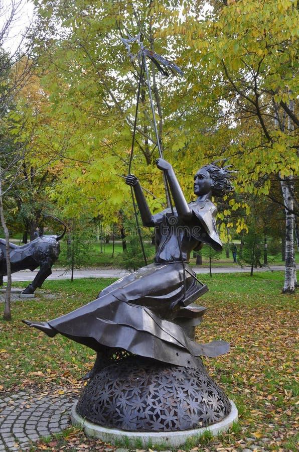 Jabárovsk, Rusia, octubre, 5, 2017 La escultura de la muestra Deva del zodiaco en la ciudad de Jabárovsk en el bulevar de Amur en imagen de archivo libre de regalías