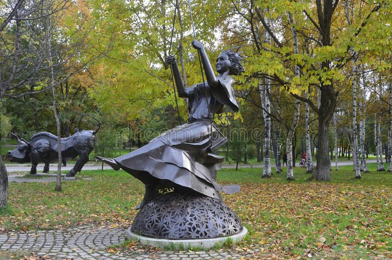 Jabárovsk, Rusia, octubre, 5, 2017 La escultura de la muestra Deva del zodiaco en la ciudad de Jabárovsk en el bulevar de Amur en imágenes de archivo libres de regalías