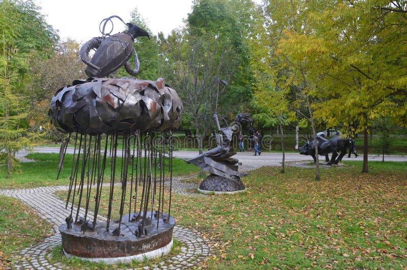 Jabárovsk, Rusia, octubre, 5, 2017 La escultura del acuario de la muestra del zodiaco en la ciudad de Jabárovsk en el bulevar de  imagen de archivo libre de regalías