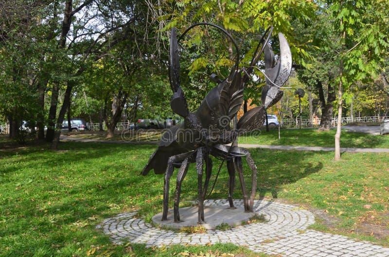 Jabárovsk, Rusia, octubre, 5, 2017 La escultura del cáncer de la muestra del zodiaco en la ciudad de Jabárovsk en el bulevar de A imagen de archivo