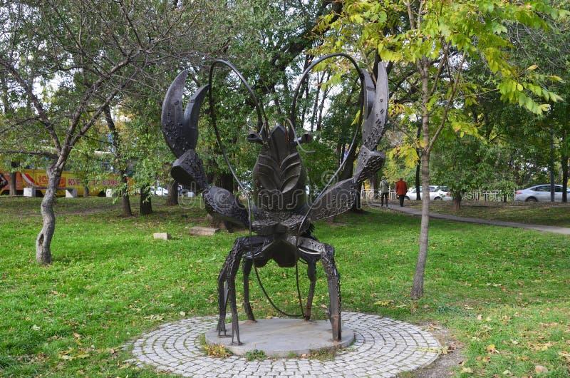 Jabárovsk, Rusia, octubre, 5, 2017 La escultura del cáncer de la muestra del zodiaco en la ciudad de Jabárovsk en el bulevar de A imagenes de archivo