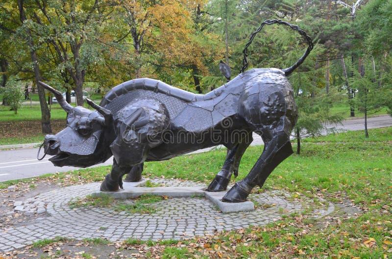 Jabárovsk, Rusia, octubre, 5, 2017 La escultura del tauro de la muestra del zodiaco en la ciudad de Jabárovsk en el bulevar de Am imagenes de archivo